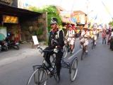 Was fuer ein Spektakel! Gleich vor unserem Hosteleingang findet eine Parade statt...