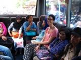 ...oder mit den Bussen von Trans-Jogja wo wir vergeblich versuchen nicht die Groessten zu sein.