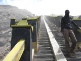 Auf der Aschen bedeckten Treppe muss man vorsichtig auf und ab gehen.