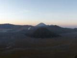 Ein Morgengrau-Panorama mit der riesigen Kraterebene in der sich der Bromo befindet. Also ein Krater im Krater.