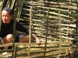 Fuer den Zaun braucht Papa-Tee eine Machete, einen Holzschlaegel und den hinter dem Haus geschnittenen Bambus. Mehr nicht! Genial!
