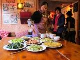 Naxi-Family-Essen mit der lobenswerten Koechin