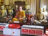 Dieser Mönch sitzt seit Jahren regungslos in einem Wat. Der ist auch nicht echt, sondern aus Wachs gemacht.