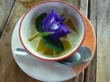 …und zum Dessert Pumpkin Custard mit Blühte dekoriert. Wir haben das Kochen zum Glück noch nicht verlernt. :-D