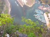 senkrechter Blick runter vom Laozhai-Hill. Erkennst du die Menschen beim Hafen?