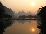 Auch ein Sonnenuntergang in Xingping, aber gespiegelt auf einem Zufluss zum Li-Fluss