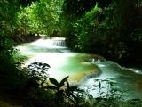 Mystische Stimmung am Kuang Si-Wasserfall mit seinen sanften Kaskaden und Pools