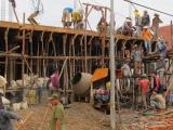 Zurück in Luang Prabang fällt Manu wieder einmal auf, wieviel Handarbeit das auf einer Baustelle geleistet wird. Kräne sieht man nämlich fast nirgends. Hier wird gerade eine Decke betoniert und Kübel für Kübel hochgereicht.