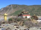 Mitten in der Altstadt ein Tempel mit der groessten Gebetsmuehle der Welt (das goldene Ding!)