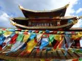 Tempel und Tibetische -Fahnen in der Altstadt