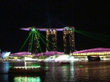Allabendlich gibt es eine Light-Show ueber der Marina Bay