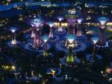 Und Nachts vom Marina Bay Sands aus gesehen zeigen sie auch noch ihre praechtige, leuchtende Seite