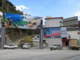 Das unsaegliche Eingangstor zur schoenen Tigersprungschlucht in Qiao-Tou