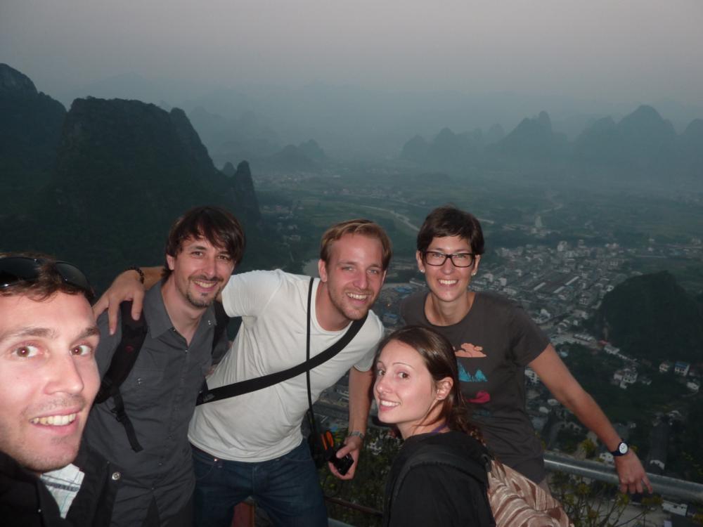 Mit Tony (FR) Bernhard (DE) und Sophie (FR) auf dem Laozhai-Hill_TonySophie_ xingping_01