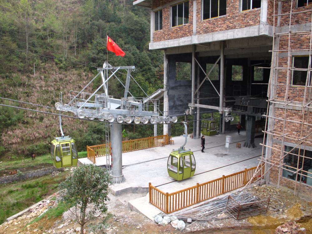 Das Gebäude ist noch nicht fertig und die Seilbahn mit der Flagge gekürt schon in Betrieb_IMG_0824