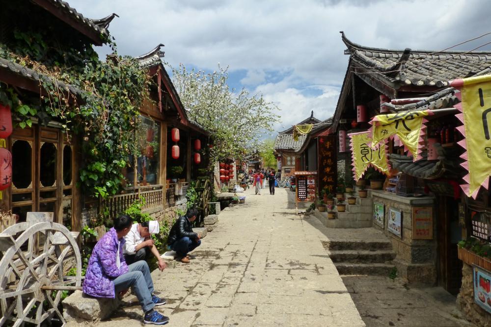 Wir haben Lijiang mit seinen Holzhäuser und Kopfsteinpflastergassen..._P1020914