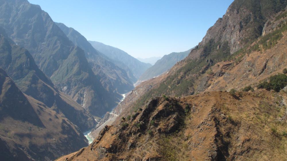 auf dem Abstieg! Blick zurück ins Tal und den Yangtze_IMG_1331_1000x561