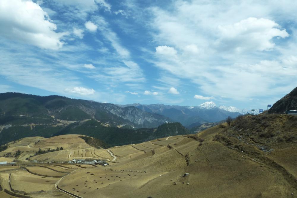 in die kargen Landschaft hinein Richtung Tibet_ P1020262