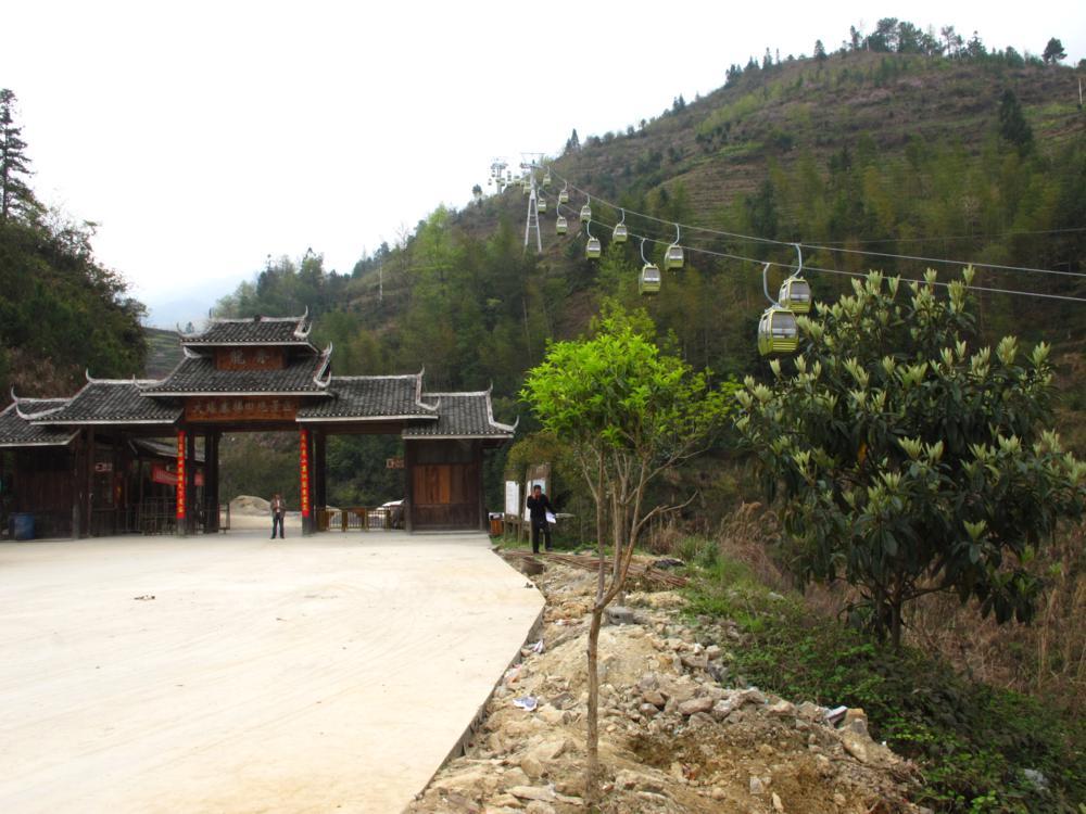 neben der Seilbahn ist das Eingangstor nach Jinkeng_IMG_0825