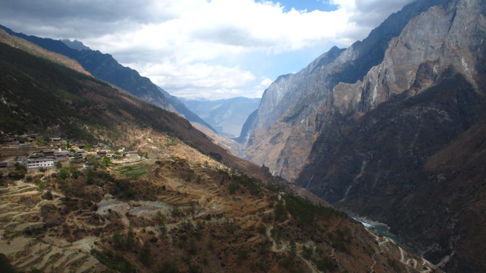 rechts das einschüchternde Bergmassiv der Jade-Drachen-Schneeberge IMG_1286_1000x561