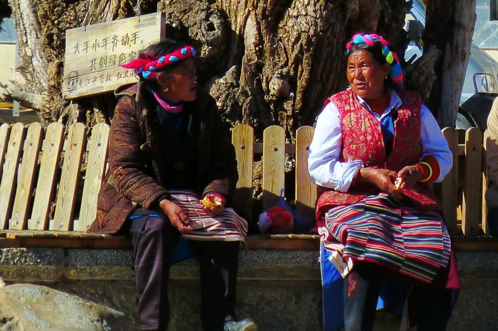 zwei Bewohnerinnen auf dem Dorfplatz_P1020513
