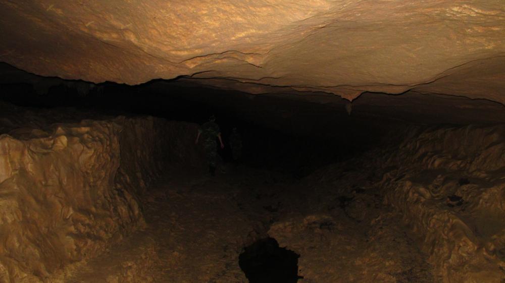 Der Weg führt uns unter tiefhängenden Decken und lehmiger Untergrund...__IMG_2388