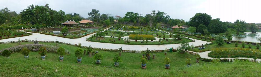 Der liebevolle Bonsai-Park..._P1030580