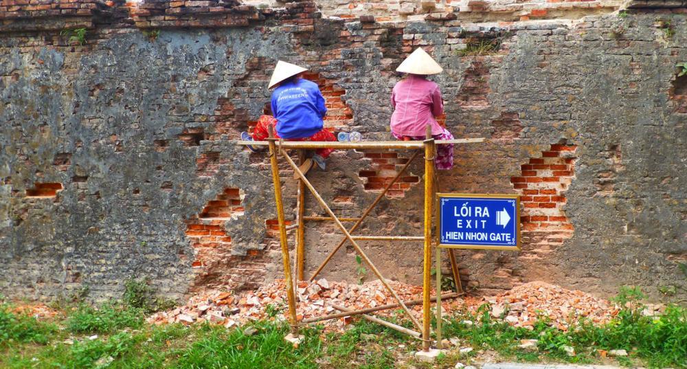 Fleissige Hände restaurieren die alte Mauer_P1030589