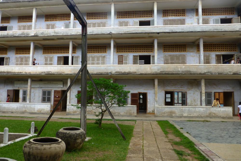 Tuol Sleng heute! Der Galgen und die Tonkrüge wurden zur Folter verwendet_P1040317