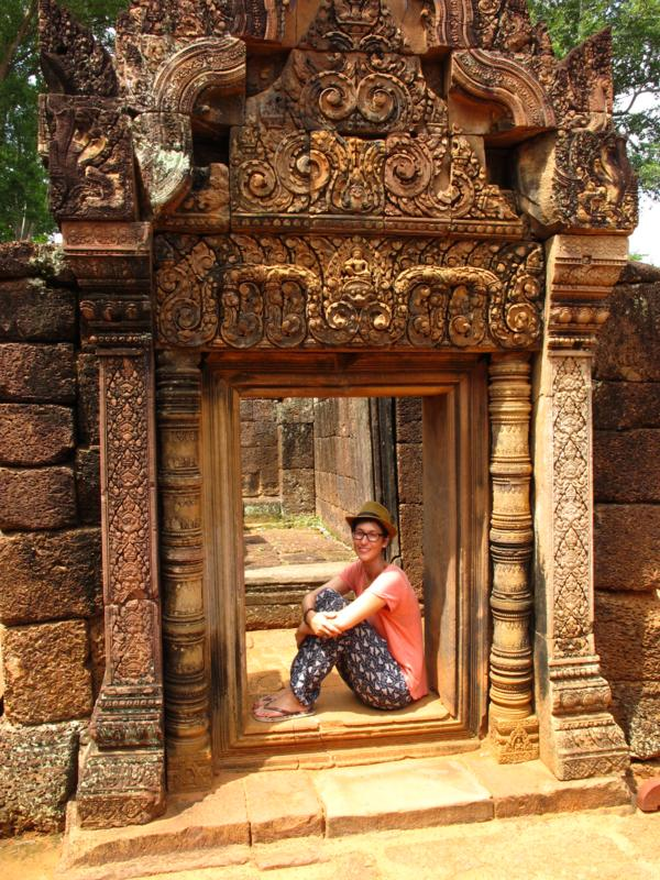 Banteay Srey - Nadine in einem kunstvoll verzierten Durchgang_IMG_3777