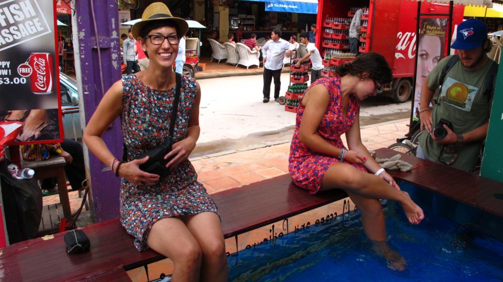 Manu macht noch Fotos während Nadines Füsse schon im Becken sind_IMG_3933