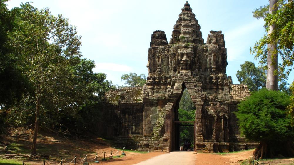 Südtor Angkor Tom - Imposant und mit in alle Himmelsrichtungen blickenden Gesichtern_ IMG_4063
