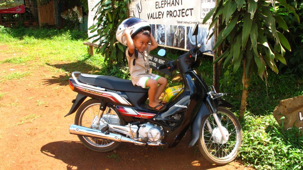 dafür üben sich auch schon die Kleinsten im Motorbike fahren! Helm auf und los ;-) _IMG_4588