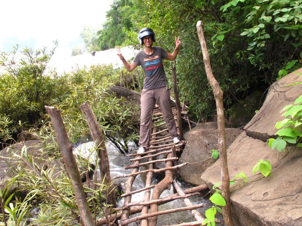 Beim Tad Lo Wasserfall kämpfen wir uns gut geschützt mit Motorradhelm über improvisierte Stege..._IMG_5216