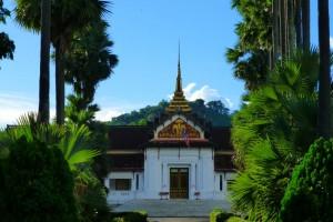 Mit Schirm und Charme durch Luang Prabang