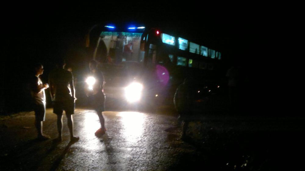 Der im Schlagloch versenkte Bus auf der Bergstrasse. Rechts im Dunkel geht es steil den Abhang runter_2013-07-30-499