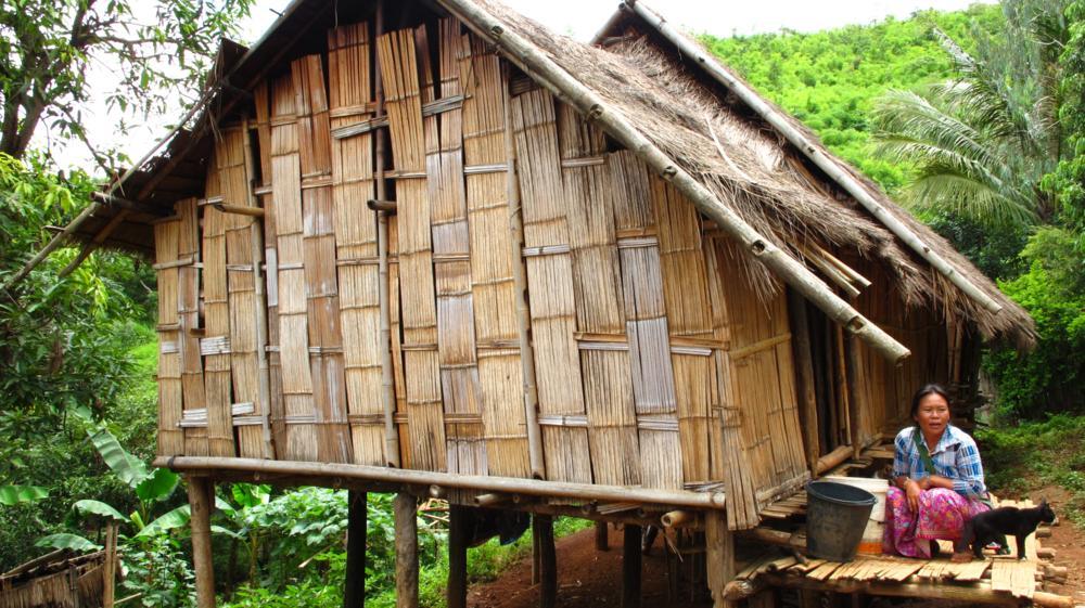 Eine der einfachen Hütten mit einer Lahu-Frau_IMG_6110