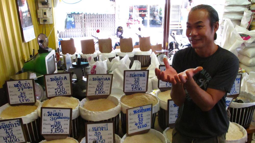 Sammy zeigt uns die verschiedenen Reisarten auf dem Thai-Markt_IMG_5816