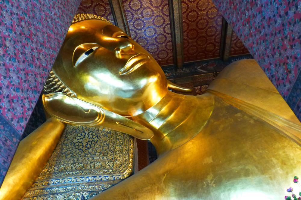 Der liegende Buddha im Wat Pho gehört zu den grössten der Welt_P1060641