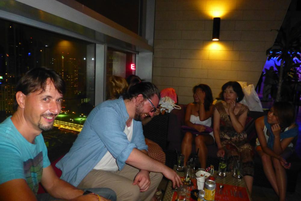 Die 2 Girls geniessen die ladies-night und Manu die spendierten Cocktails des Australiers neben ihm_P1070387