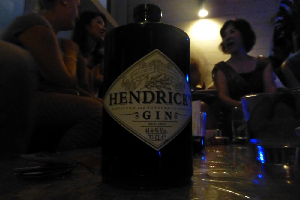 Die Spendierfreude des Aussie kennt keine Grenzen und so gibt er gleich noch eine ganze Flasche Hendricks Gin aus_P1070392