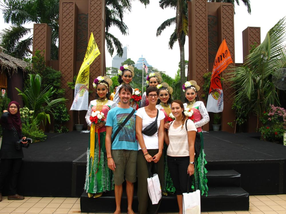 Zurück auf dem Boden nach der Manera Fernsehturm Besichtigung treffen wir auf 5 malayische Schönheiten_IMG_7141
