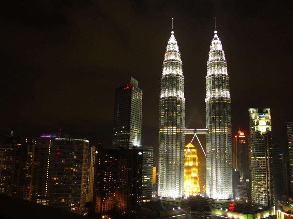 erleuchten die Petronas Twin Towers vor unseren Augen und den Partywütigen gehört die Nacht_IMG_7481