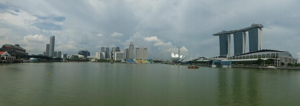 Panorama-Aussicht über die Marina Bay von der einen Seite..._P1070629